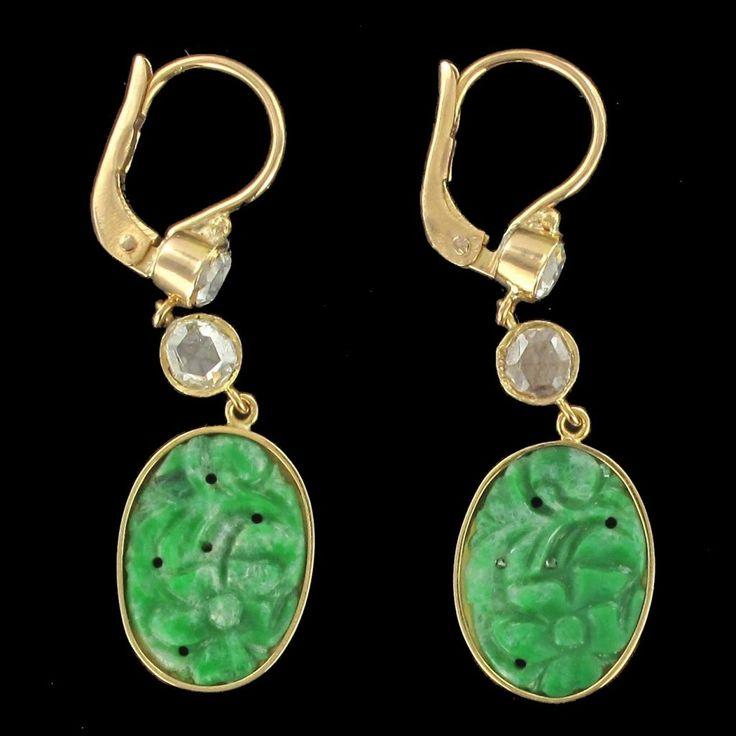 Boucles d'oreilles jade et diamants.  L'alliance du jade et des diamants est splendide. http://www.bijouxbaume.com/boucles-d-oreilles-jade-et-diamants-a1384.html