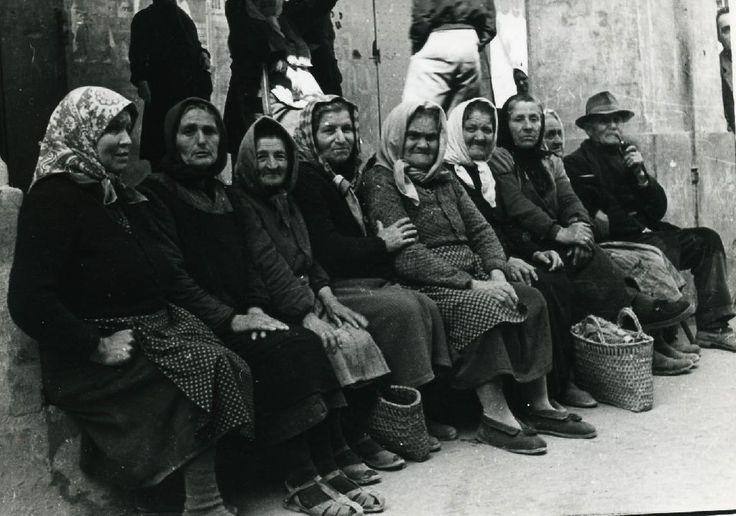 Gruppo di donne anziane, in fondo a sinistra uomo con pipa