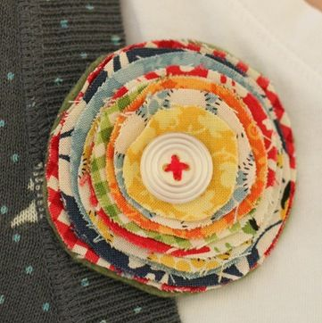 布の切れ端を丸くカットして重ねたブローチ