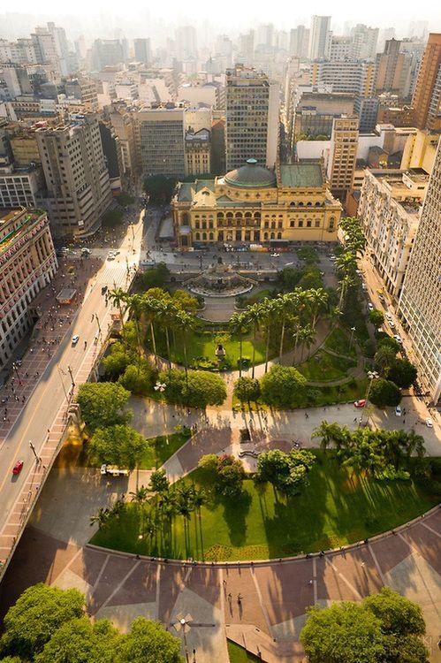 São Paulo, Brasil - Vale do Anhangabaú, no centro da cidade de São Paulo. Ao fundo o Teatro Municipal de São Paulo (by rogersassaki)