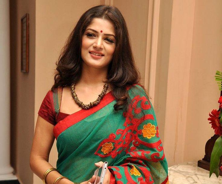 Bengali beauty #SrabantiChatterjee always like to wear Indian handloom sarees