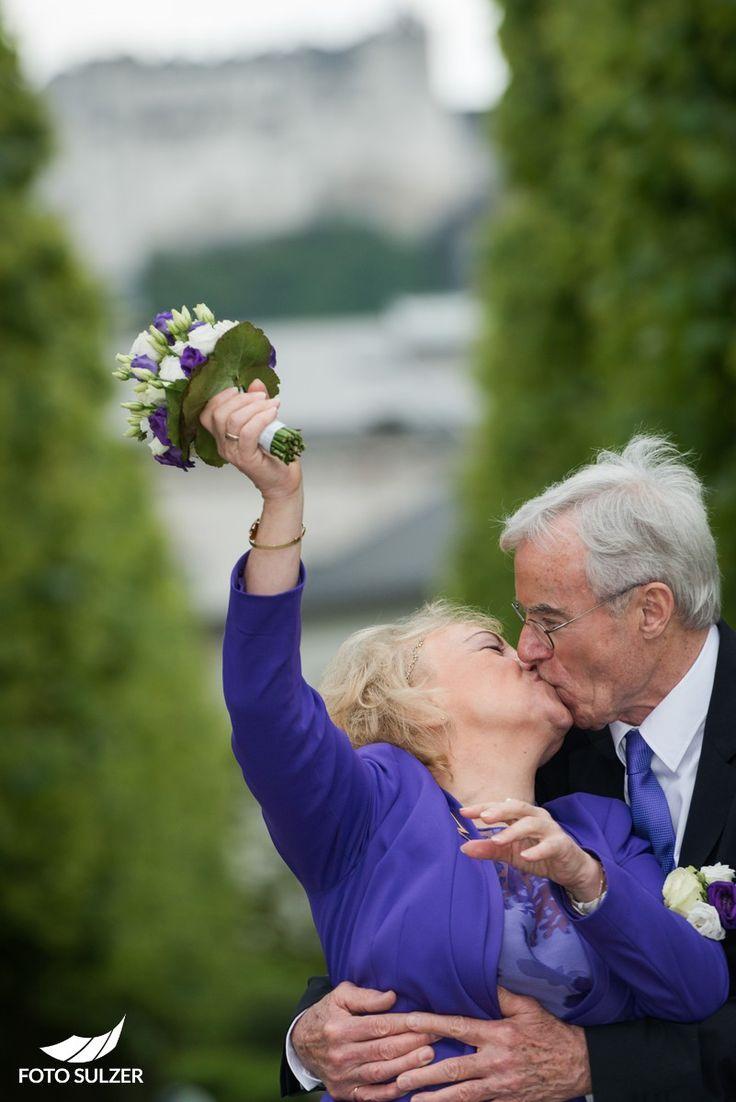 Küssen bei Hochzeit in Mirabell, Salzburg