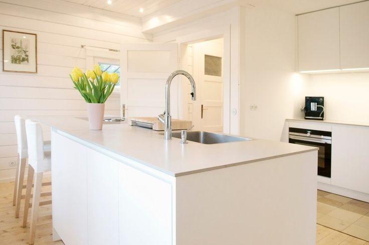 """Nach ewigem hin und her, von Ikea bis bulthaupt - endlich bei uns eingezogen: unsere weiße ewe Küche """"vida"""" mit hellgrauer Keramik-Arbeitsplatte, Griffmulden und Bora-Muldenlüfter. Jetzt brauchen wir nur noch ein paar Farbklekse oder Küchenchaos..."""