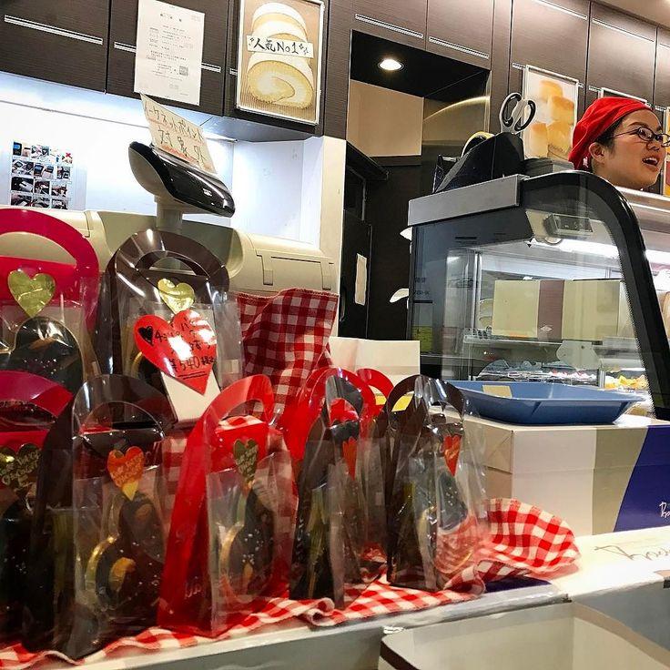 ハッピーバレンタイン  今年は自粛のつもりだったけどカワイ子ちゃんにもらってすっかりハイテンション  やっぱ嬉しいものお菓子屋の陰謀でもなんでもいいや笑  今からでも間に合う新大阪駅に美味しい神戸のケーキ屋さん #ボックサン が出店中赤帽女子が目印 http://ift.tt/2kkGEc1  #おはよう #valentine #バレンタイン #chocolate #チョコレート #cake #ケーキ #アーモンドミレーショコラ #love #happy #instagood #instadaily