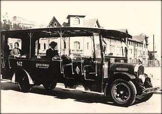 Mas o menos en el año 1920 aparece las primera locomoción colectiva con motor a bencina que se llamaban Gondolas y en Valparaíso tomaron de sobrenombre Tagüitas, esta tenían una capacidad de 25 pasajeros                  Fuente:   Fila Naval