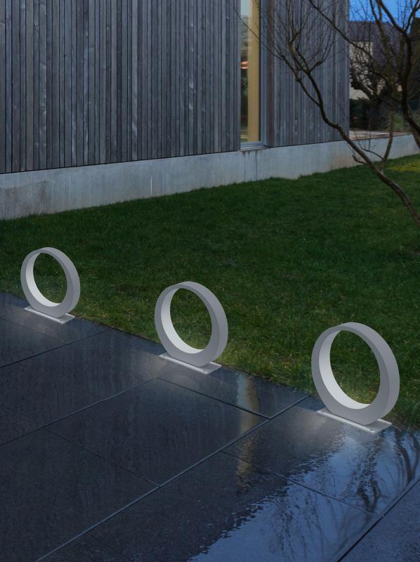 Helestra CLIF: Das organisch runde Design der Bodenleuchte ist ein echter Hingucker am Wegesrand. Unten ist der Rand etwas breiter, oben wird er schmaler. Der effektvolle Lichtaustritt sorgt für eine gute Beleuchtung Ihres Weges. Sie profitieren auch von der zeitgemäßen LED-Technik, die verbaut ist – so lassen sich eine gute Ausleuchtung und eine niedrige Stromrechnung kombinieren. #outdoor #garten #bodenleuchte #weiß #kreis #weg #einfahrt #beleuchtung #terrasse #helestra #clif #reuter…