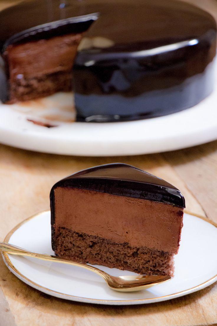 Em festa de brasileiro, mousse é quase sobremesa obrigatória no cardápio. E tá certo, uai! Tem coisa mais deliciosa? A dica aqui é unir essa maravilha aerada e chocolatuda a um bolo com toque de menta e a glaçagem mais espelhada de todos os tempos. Talvez você não se arrependa de servir esse Bolo Mousse de Chocolate… Digo talvez porque é bem provável que queira fazer um só pra você ;D