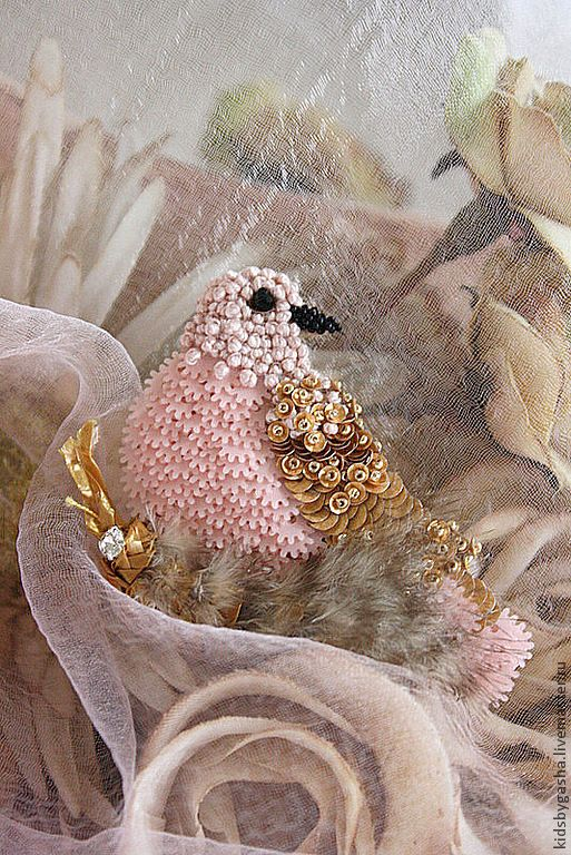 Очень нежная птичка в гнездышке. Тут пайетки, бисер, хлопковая нить, винтажная соломенная тесьма и перышко.  Размер 5*6см