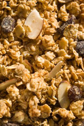 La granola es un desayuno lleno de energía gracias a la avena, las nueces y las frutas.  Esta receta de granola te dará las herramientas para que la puedas hacer en casa.                                                                                                                                                                                 Más