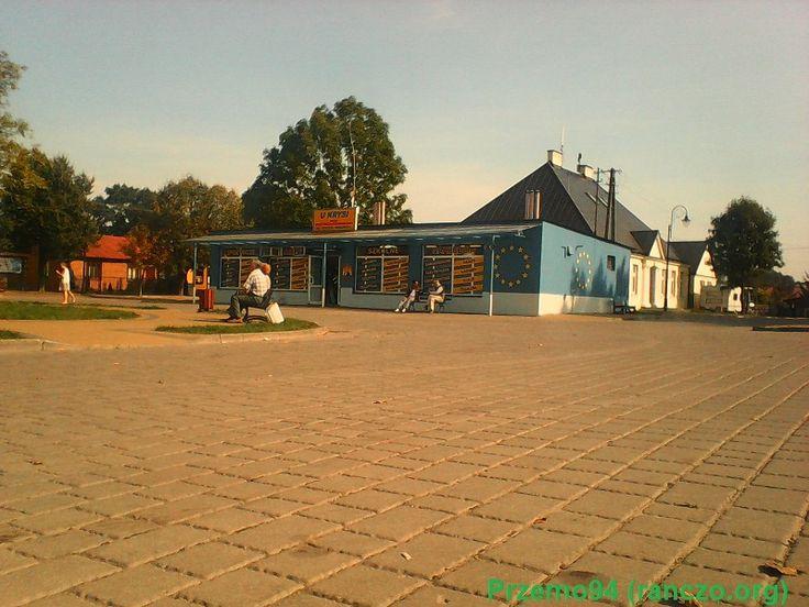 Widok na rynek i sklep w Jeruzalu. Plan filmowy serialu Ranczo. Fot. Przemo94 (ranczo.org), 2014 rok.
