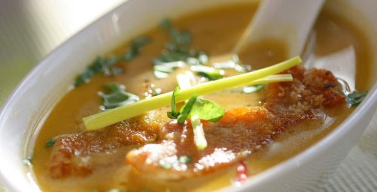 Asiatisk suppe med kylling og ingefær .. En rykende varm suppe med kylling og ingefær er en fullkommen middag.