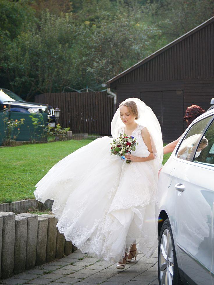 """""""Dobrý deň, posielam Vám nejaké fotky zo svadby. Bohužiaľ skoro na žiadnej fotke nie je topánky vidno kvôli šatám, ale boli naozaj veľmi pohodlné a vydržala som v nich dlho. Taktiež sme ich využili pri """"topánkovom kvíze"""" :) Ešte raz ďakujem."""" Petra Taneční svatební boty model DIANA kombinace šampaň (ecru) + bordó. Úpravy dle přání klientky."""