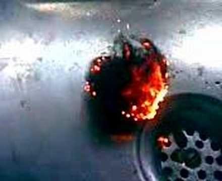Fuego...electrico!!! Usando una linterna Maglite AA y un poco de lana de acero, se obtiene lo siguiente: