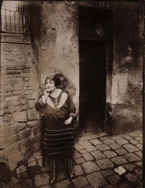 Eugène Atget, Prostituée rue Asseline,Paris vers 1900