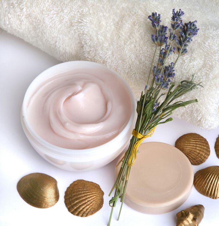 Hacer crema hidratante de lavanda. Esta crema hidratante para el cuerpo, aparte de nutrir y suavizar la piel, tiene efecto relajante, gracias a las propiedades de la lavanda.Hacer cremas como veréis es muy fácil..