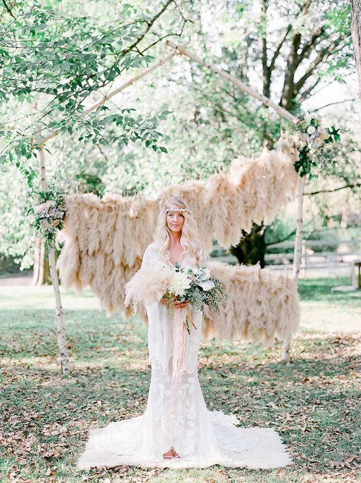 We're loving this 70s femme bridal style #boho #backdrop #fashion see more: https://ruffledblog.com/70s-pampass-grass-wedding