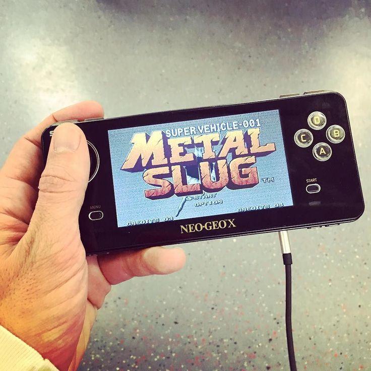 Shared by bioscasc #neogeo #microhobbit (o) http://ift.tt/2p9WBAo absoluto en el tren de vuelta a casa! No puedo parar de viciarme a esta frikada! Q tiempos...  x #vintage #videogames #metalslug