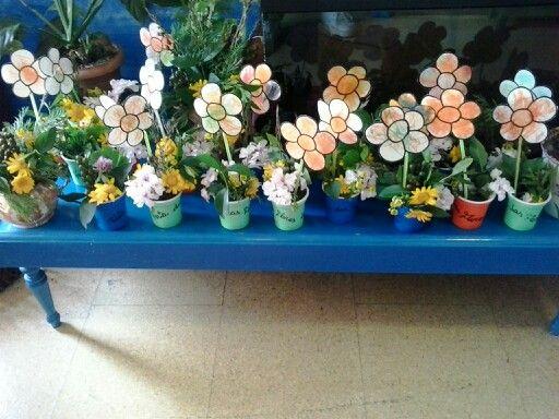 Centros de flores feitos polos nenos.