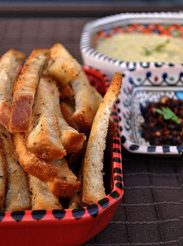 Észak-Afrika az asztalon: kenyérrudak előételnek + harissa + hummus