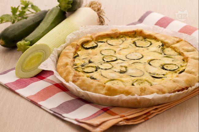 La quiche di zucchine è una torta salata gustosa e semplice, composta da un involucro di pasta brisée che racchiude un ripieno di zucchine e taleggio.