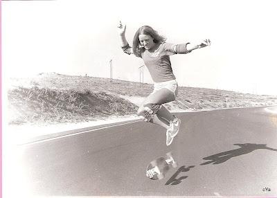 Robin practicing her kick flips, in fact she was the first girl to be able to do a kick flip...........Skateboards 1960S, Logan Earthski, Earthski Skateboards, Robin Logan, Facts, Girls Rules, Longboards, Robin Practice, Robinlogan