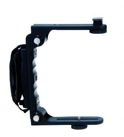 Falcon Eyes Camera Bracket FB-200  De Falcon Eyes Camera Bracket FB-200 is een metalen frame dat uw camera en flitser koppelt samen met een stevig handvat zodat u het geheel goed vast kunt houden. De camera flitser wordt recht boven de camera op een flitsschoen gemonteerd waardoor u de hoeveelheid schaduwen op de achtergrond kunt reduceren. De beugel kan in 3 stappen van elk 30 graden worden gedraaidtot maximaal 90 graden zodat het ook mogelijk is om verticaalfoto's te maken. De afstand…