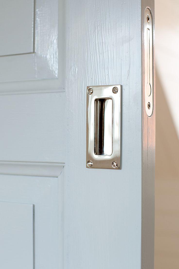 Skjutdörr målad med ljusgrå linoljefärg. För att få veta mer om våra dörrar: http://www.byggfabriken.com/sortiment/dorrar/