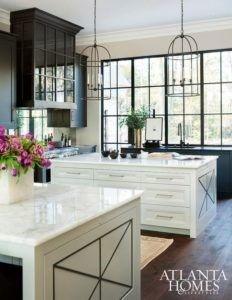 Die glänzend weiße Marmor-Arbeitsplatte und braune Böden ergänzen einander.