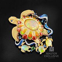 """Брошь """"Морская Черепаха"""" с бриллиантами, эмалью, турмалином, опалом, сапфиром фантазийным из комбинированного золота 750 пробы (арт. 37058)"""