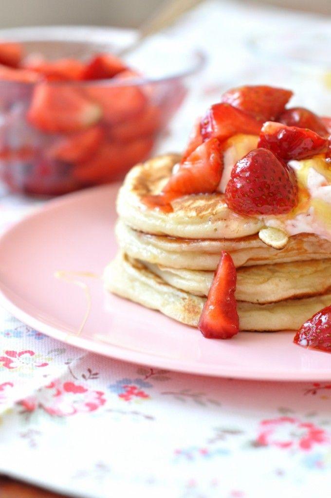 Pancakes Z Maślanką Truskawkami I Miodowym Jogurtem