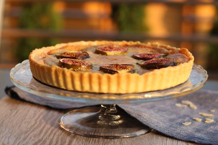Sladké figy spolu s mandľami sa v tomto koláči spájajú s výrazným kyslastým ríbezľovým džemom a spolu tak tvoria harmóniu chutí.