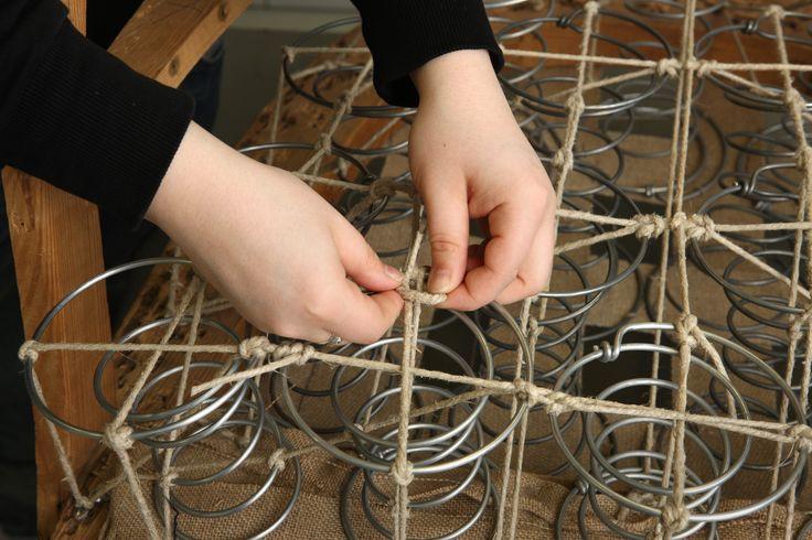 Verhoilijat tekevät opintojensa aikana runsaasti asiakastöitä ja harjaantuvat vanhojen huonekalujen korjaamiseen ja entisöintiin sekä erilaisten tyyli- ja ympäriverhoiltujen huonekalujen verhoiluun.