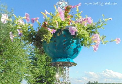I have always had a thing for wind chimes, and I also love hanging planters. So I thought why not combine the two? I repurposed a plain metal strainer and measu…