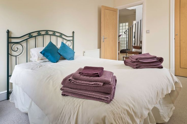 in Lincoln, United Kingdom. Situated in Lincoln's Cathedral Quarter our stylish apartment is ideally located for exploring this world class small city, and is equipped to a high standard. With three large bedrooms, it offers everything for a truly memorable visit.  With thre...