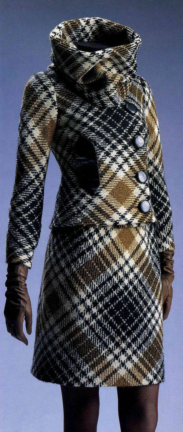 Костюм. Пьер Карден, 1966. Шерстяной твид в бежевую и коричневую клетку, жакет и мини-юбка, большой воротник-стойка (водолазка).
