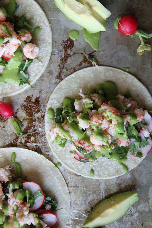 Tacos de langosta con salsa de cebolla verde y cilantro