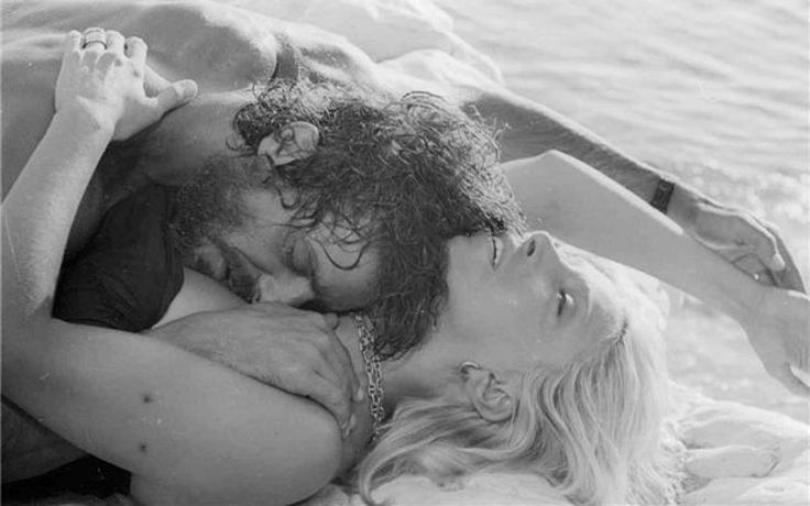 """Un bacio e un altro ancora - Foto N.13  """"Travolti da un insolito destino nell'azzurro mare d'agosto"""" di Lina Wermuller con M. Melato e G. Giannini, 1974."""