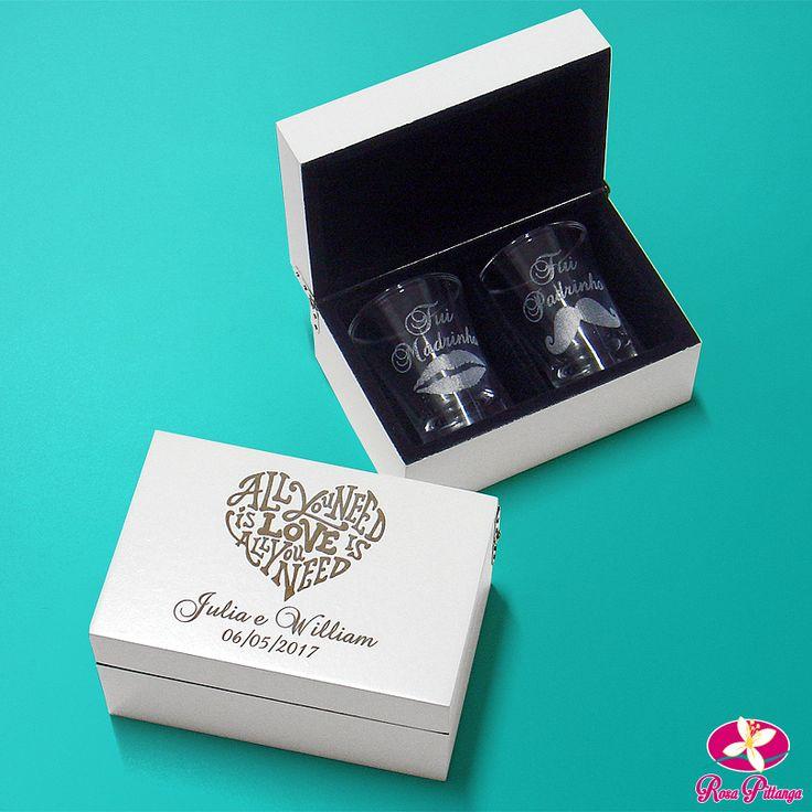 Caixinha personalizada com 2 copos de dose, ótima sugestão de lembrancinha para presentear os padrinhos de casamento. Venha conhecer aqui na Rosa Pittanga.