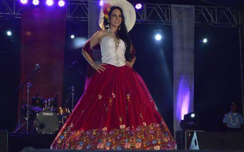 María Elisa Padilla, de Cuenca, luce el traje de chola cuencana que resultó ganador del concurso. El vestido será usado en el Miss Universo por la nueva soberana ecuatoriana. Foto: Facebook