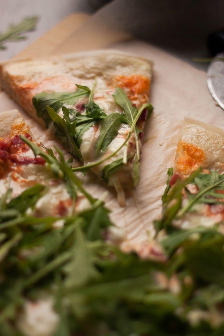 PIZZA CHÈVRE MIEL ET ROQUETTE