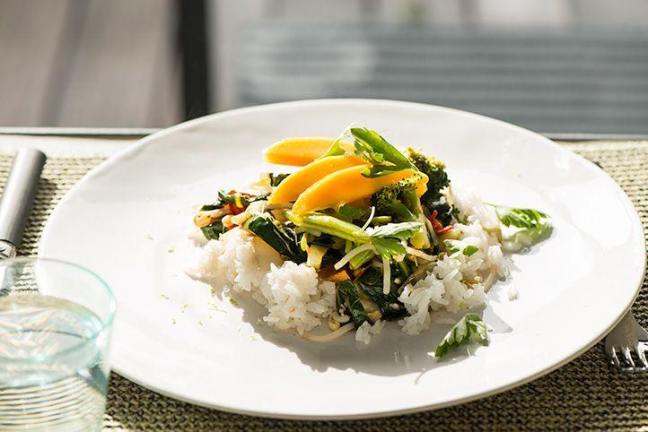 it weer vraagt om een snelle maaltijd. Gezond, makkelijk en spicy… 4 personen 300 g sperziebonen, schoongemaakt 1 kleine broccoli, in roosjes gesneden 300 g (zilvervlies) rijst 1-2 el olijf- of kokosolie 1 ui, fijngesnipperd ½ rode peper, fijngehakt 1 teen knoflook, uitgeperst 2 paksoi, gewassen, gedroogd en in repen gesneden 2-4 el Japanse sojasaus of tamari 1-2 el mirin 1 el