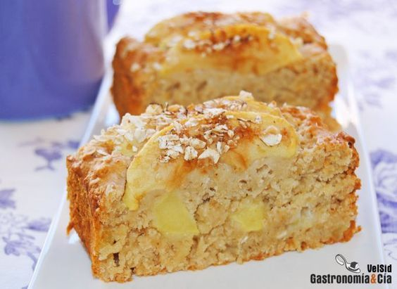 Ingredientes (molde cake estándar) 220 gramos de harina, 100 gramos de copos de avena, 8 gramos de levadura de repostería, 1/4 c/c de nuez moscada, una pizca de sal, 130 gramos de miel, 50 gramos de aceite vegetal, 110 gramos de compota de manzana sin azúcar, 100 gramos de leche, 1 manzana, un poco de azúcar moreno (opcional).