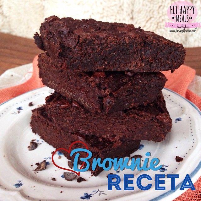 @fit_happy_meals | BROWNIES DE FRIJOLES NEGROS 1 lata de alubias/frijoles negros (lavados y escurridos muy bien- 230 g escurridos) 35 ml de aceite de almendras, coco u otro aceite vegetal 60 gr sirope de agave /miel (4 Cchda). 2 Cchda cacao polvo desgrasado  40 gr de copos de avena 1/4 cchdita sal 1 Cchda edulcorante líquido (u otro edulcorante) 1 Cchda aroma de vainilla. 1/2 cchdta de levadura. 50gr chips de chocolate sin azucar 3 nueces a trocitos (15-20gr) 1 Cchda de Agua (ó 2)