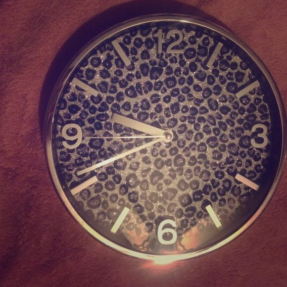 Cheetah/leopard wall clock Good condition. Bedroom decoration. This matches the bed set and curtains! Other