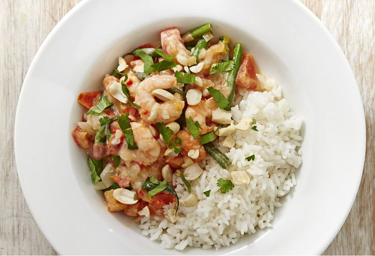 Give king prawns a Brazilian twist in this spicy coconut, prawn and green bean stew topped with salted peanuts and served with rice.