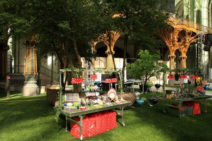 SABRE sur l'espace pic nic Nationale 7. Sabre, une collection de couverts et de porcelaine, pour des tables gaies et élégantes aussi bien à l'intérieur qu'à l'extérieur.