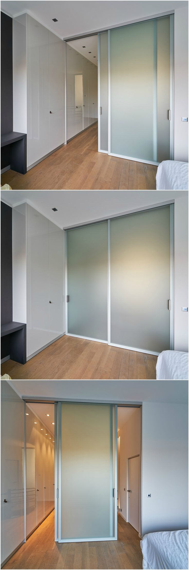 Dubbele glazen schuifdeur in mat gezuurd glas uitgevoerd, waarbij beide panelen over elkaar kunnen schuiven.