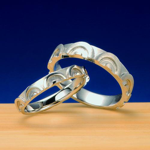 """結婚指輪 青海波-seigaiha  """"白波""""を題材にデザインした作品。今にも水しぶきがかかりそうな圧倒的存在感デザイナーの情熱が現れる結婚指輪。    Wedding ring   Work designed on the topic of the blue-sea dance-seigaiha"""" whitecaps """".   The wedding ring in which the passion of the overwhelming presence designer for whom a spray is likely to start at any moment appears."""