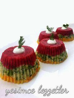 Patates pastasını bu kez tek porsiyonluk kapkek kalıplarında yapmayı tercih ettim.Renkli kısma kırmızı pancar kullandım hem lezzet...