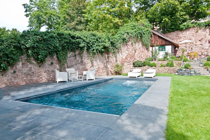 Die heißen Sommertage kommen bald. Der Gedanke an einen kühlen Swimmingpool im heimischen Garten kann da sehr verlockend sein.
